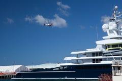 Abramovich yacht i San Diego och helikopter Arkivbild