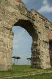 Den romerska akvedukten i San Policarpo parkerar, Rome arkivfoton