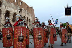 Den romerska armén nära colosseum på historiska forntida romans ståtar Fotografering för Bildbyråer