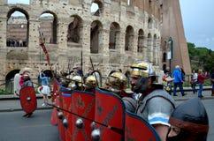Den romerska armén nära colosseum på historiska forntida romans ståtar Arkivbild