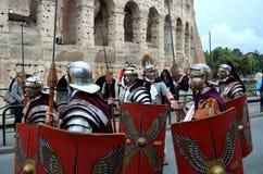 Den romerska armén nära colosseum på historiska forntida romans ståtar Royaltyfri Foto