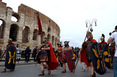 Den romerska armén nära colosseum på historiska forntida romans ståtar Arkivfoton