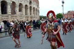 Den romerska armén nära colosseum på historiska forntida romans ståtar Royaltyfri Bild