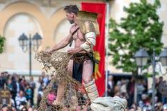 Den romerska gladiatorn gör en kampdemonstration royaltyfria foton