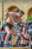Den romerska gladiatorn gör en kampdemonstration arkivfoto
