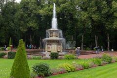 Den romerska springbrunnen i trädgården av det lägre parkerar Arkivbild