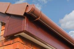 Den Roofline PVCU Soffitfasciaen stiger ombord Arkivfoto