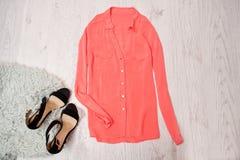 Den rosa blusen och den gråa fauxen för svarta skor pälsfodrar, träbakgrund Trendigt begrepp, bästa sikt, utrymme för text Royaltyfri Bild