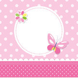 Den rosa fjärilen behandla som ett barn flickahälsningkortet Royaltyfri Foto