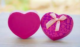 Den rosa gåvaasken Hjärta-formade dag för valentin` s royaltyfri bild