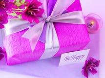 Den rosa gåvan boxas med blommor Arkivbild