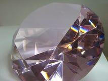 Den rosa kristallen skimrar i ljuset royaltyfria foton