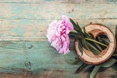 Den rosa pionen och hjärta som sneds i trä på den gamla grungen, målade bo Fotografering för Bildbyråer