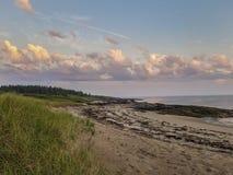 Den rosa solnedgången fördunklar på en Maine Coastline arkivfoton