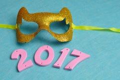 2017 in den rosa Zahlen gegen einen blauen Hintergrund Lizenzfreies Stockbild