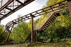 Den rostade gamla rollercoasteren i borttappat affärsföretag parkerar fotografering för bildbyråer