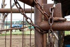 Den rostiga lantgårdporten låser Fotografering för Bildbyråer