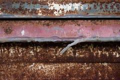Den rostiga metallen orsakas av v?der?ndringar rost arkivbilder