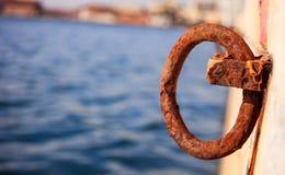 Den rostiga pollaren väntar på kajen för att ett fartyg binds Gör suddig havet för bakgrund, closeupen, detaljer, baner Royaltyfria Bilder
