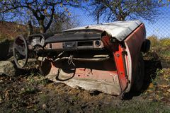 Den rostiga tappningbilen klippte i halva på en solig dag i höst Royaltyfri Bild