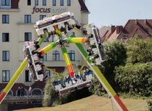 Den roterande karusellen i gyckel parkerar Royaltyfria Bilder