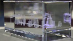 Den roterande kuben för exponeringsglas 3D med laser etsade strukturen stock video