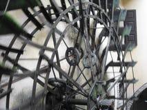 Den roterande rörelsen av vattnet rullar in en gammal historisk watermill i italiensk by Royaltyfri Bild