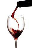 Den Rotwein lokalisiert auf weißem Hintergrund spritzen Stockbild