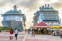 Den Royal Caribbean juveln av haven och serenad av haven kryssar omkring skepp som anslutas i Philipsburg Sint Maarten Cruise Por fotografering för bildbyråer