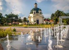 Den Rozalia kyrkan i den slovakiska staden av Komarno och den restorated Kossuthen kvadrerar med springbrunnen Royaltyfria Bilder