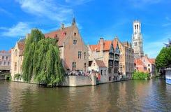 Den Rozenhoedkaai kanalen i Bruges med klockstapeln i bakgrunden Belgien Europa arkivfoton