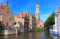 Den Rozenhoedkaai kanalen i Bruges med klockstapeln i bakgrunden Belgien Europa fotografering för bildbyråer