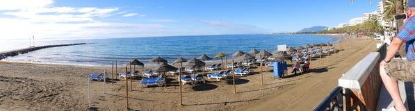 Den ruhigen Strand im November in Marbella Andalusien Spanien fotografieren Stockfotos