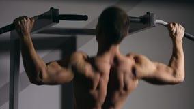 Den rullande mannen utför denUPS closeupen i idrottshallen Du kan se alla muskler lager videofilmer
