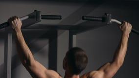 Den rullande mannen utför denUPS closeupen i idrottshallen Du kan se alla muskler stock video