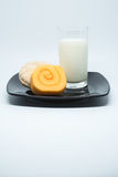 Den rullkakan och kakan för orange driftstopp bakar ihop med kräm- fyllning och smärtar mjölkar Royaltyfri Fotografi