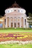 Den rumänska athenaeumen vid natt arkivfoton