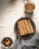 Den rumänska kakan med lager fyllde med kräm som gjordes från valnötter Arkivbild