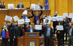 Den rumänska parlamentet - protestera agains dekretet som ändrar Crien Arkivbild