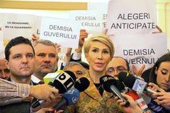 Den rumänska parlamentet - protestera agains dekretet som ändrar Crien Arkivbilder