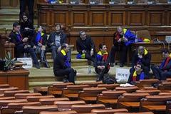 Den rumänska parlamentet - protestera agains dekretet som ändrar Crien Royaltyfri Bild