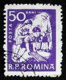 Den rumänska stämpeln visar barn på lek, circa 1960 Royaltyfri Bild