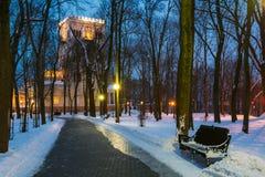 Den Rumyantsev-Paskevich slotten i snöig stad parkerar i Gomel, Vitryssland Arkivfoto