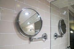 Den runda hängande spegeln i toaletten för kvinnor utgör Fotografering för Bildbyråer