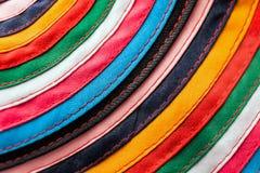 Den runda handgjorda torkduken sydde från mångfärgade band som bakgrund Fotografering för Bildbyråer