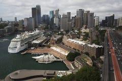 Den runda kajen, vaggar och Sydney Harbour Bridge Royaltyfria Foton
