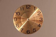 Den runda klockan att vända mot inga klockahänder på grå bakgrund royaltyfri foto