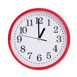 Den runda klockan visar exakt ett klockan Arkivfoton