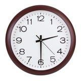 Den runda klockan visar halvan av tredjedelen Arkivfoton