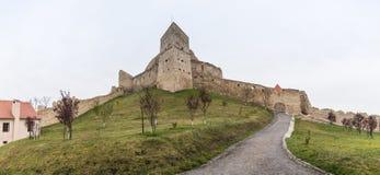 Den Rupea citadellen som byggs i det 14th århundradet på vägen mellan Sighisoara och Brasov i Rumänien Arkivbild
